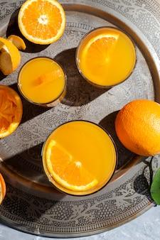 Jus d'orange d'en haut sur table grise.