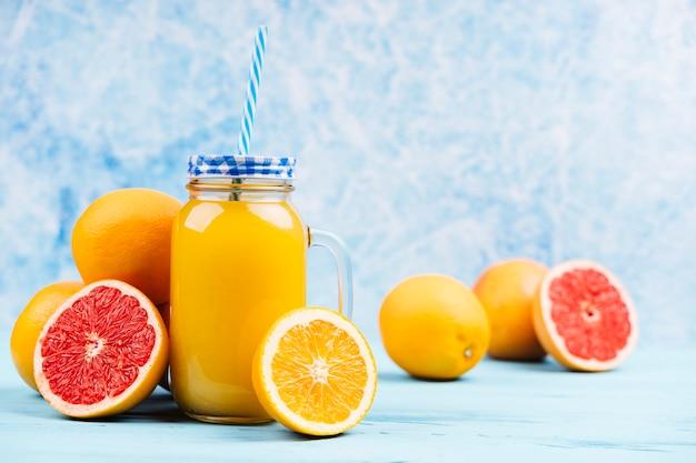 Jus d'orange avec des moitiés de pamplemousse
