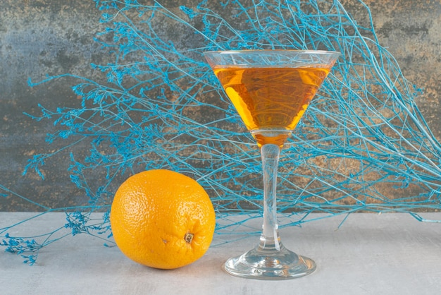 Jus d'orange avec orange entière sur blanc