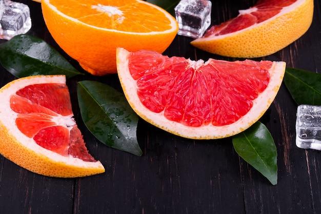 Jus d'orange et de pamplemousse sur bois