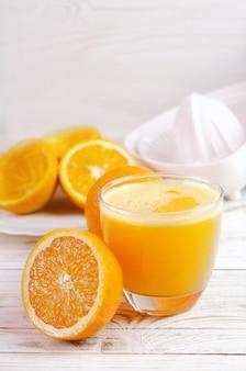Jus d'orange pressé et fruits d'oranges fraîches