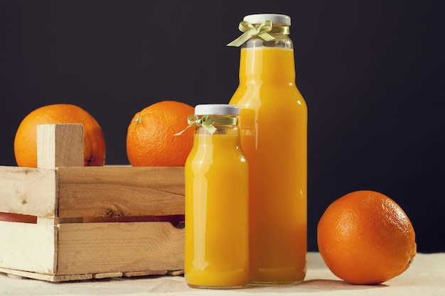 Jus d'orange sur la table en gros plan