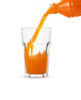 Jus d'orange en verre sur fond blanc