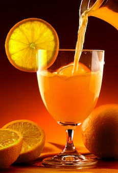 Jus d'orange versé dans un verre