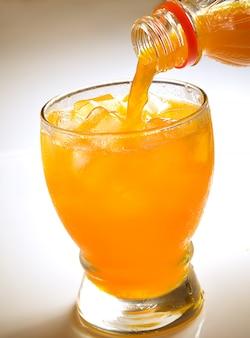 Jus d'orange, verser dans le verre