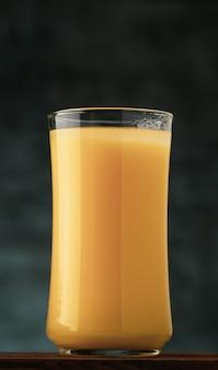 Jus d'orange vintage en arrière-plan alimentaire en verre