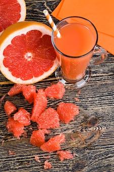 Jus de pamplemousse frais fabriqué à la maison à partir de pamplemousses rouges juteux