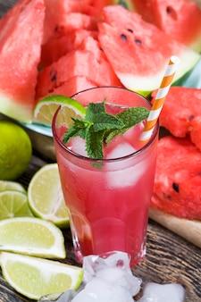 Jus de pastèque fait maison fait en été ou en automne à partir de pastèques rouges mûres et juteuses, jus rouge sans sucre ajouté, un produit naturel sain et diététique