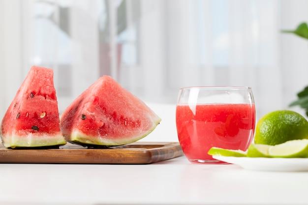 Jus de pastèque rouge dans un verre