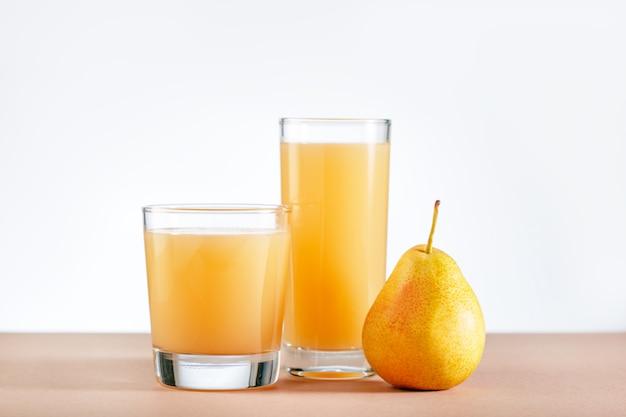 Jus de poire avec des fruits frais sur la table. espace de copie.