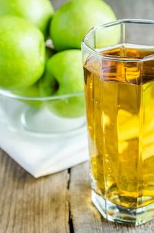 Jus de pomme aux pommes vertes fraîches