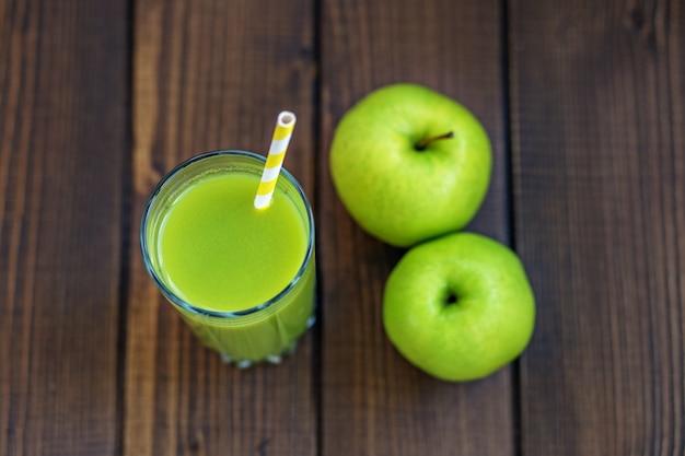 Jus de pomme dans une tasse en verre. espace de copie.