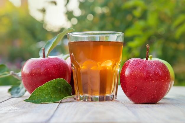 Jus de pomme dans un verre