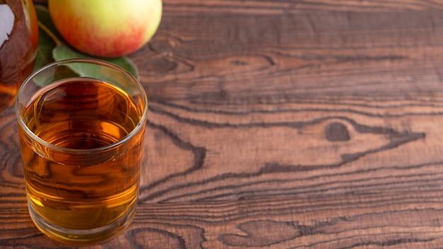 Jus de pomme fraîcheur dans un verre avec espace copie