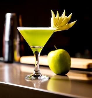 Jus de pomme frais dans le verre avec vue de côté de décoration de fruits