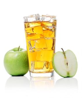 Jus de pomme avec des pommes autour
