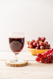 Jus de raisin frais sur bois