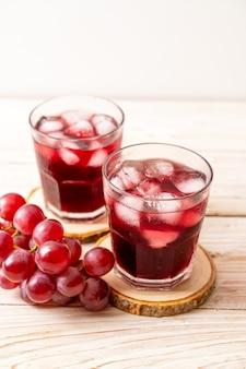 Jus de raisin frais sur fond de bois