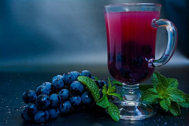 Jus de raisin rouge en verre et fruits de raisin