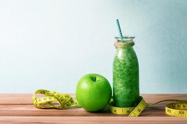 Jus de smoothie vert frais et sain