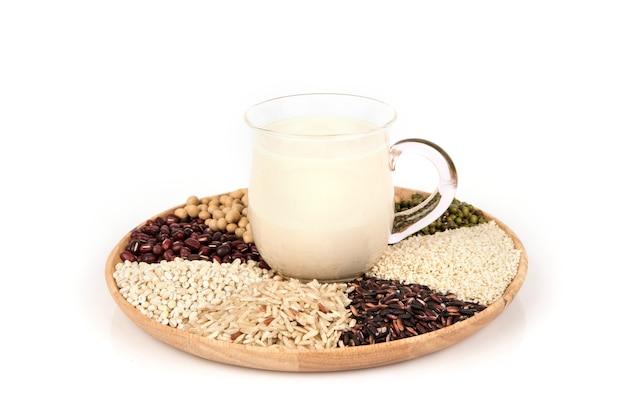 Jus de tofu et grains entiers isolés sur une surface blanche.