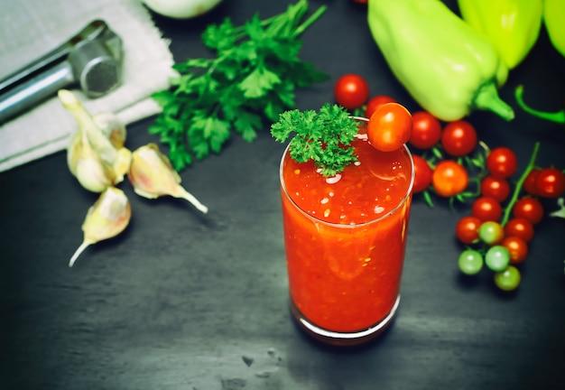 Jus de tomate et épices dans un verre