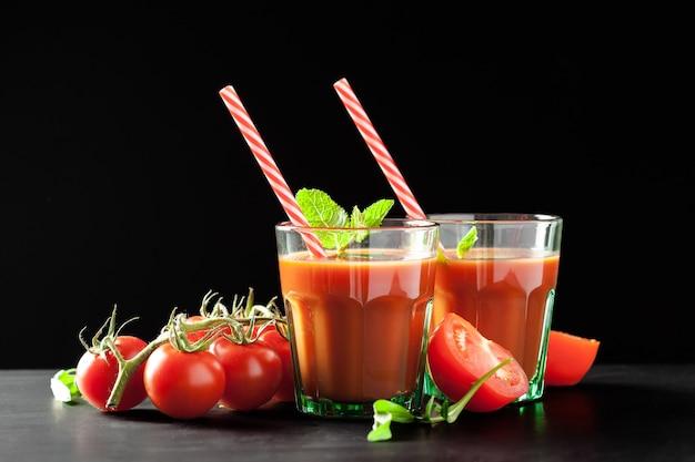 Jus de tomate avec des tomates