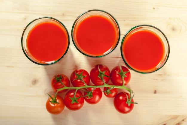 Jus de tomates et tomates fraîches