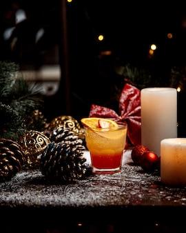Jus tropical avec glace pilée et tranche d'orange