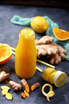 Jus de vitamine désintoxication sain, curcuma d'agrumes ou boisson au curcuma avec du gingembre
