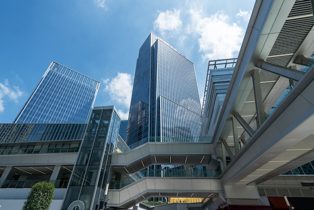 Jusqu'à l'immeuble de bureaux moderne bleu