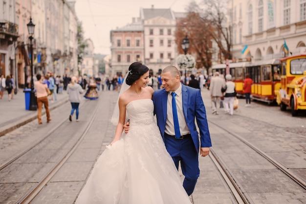 Just married marche dans la rue