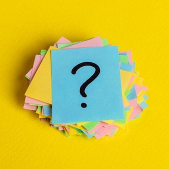 Juste beaucoup de points d'interrogation sur des papiers de couleur