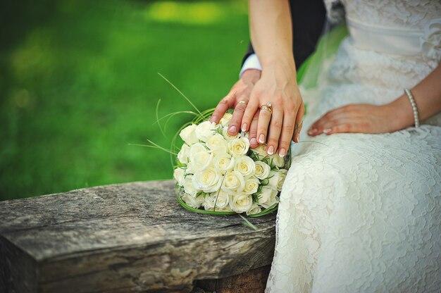 Juste mariés marchant amoureux