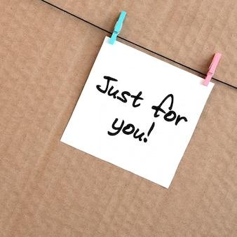 Juste pour toi! la note est écrite sur un autocollant blanc qui pend avec une pince à linge