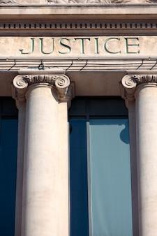 Justice signe sur un bâtiment de salle d'audience.