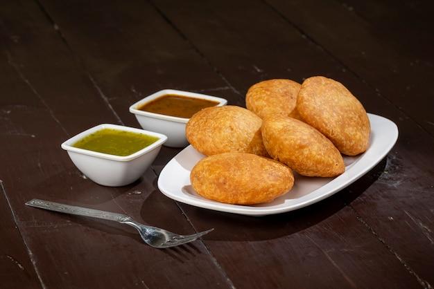 Kachori traditionnel indien également connu sous le nom de kachauri ou kachodi, kachori farci aux pommes de terre condensées