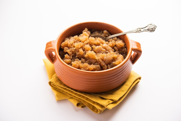 Kada prasad est un blé ou atta halwa. c'est un dessert à base de farine de l'inde du nord généralement servi en punjabi ou sikh gurdwara à chaque visiteur en tant que prashad