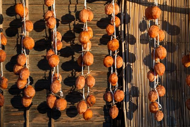 Kakis japonais suspendus, nourriture traditionnelle japonaise