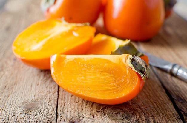 Kakis orange mûr sur une vieille table en bois