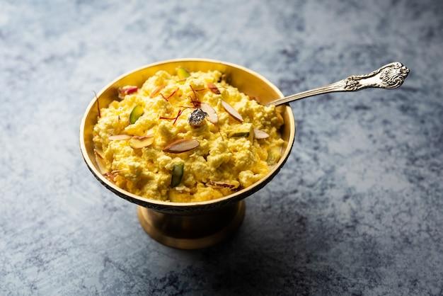 Kalakand aromatisé au safran est un bonbon indien à base de lait solidifié et sucré et de paneer