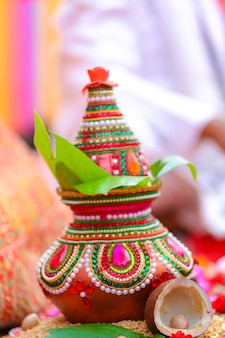 Kalash décoratif de cérémonie de mariage indien avec feuille verte et noix de coco