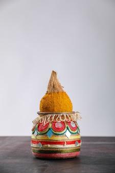 Kalash décoratif avec noix de coco et feuille à décor floral
