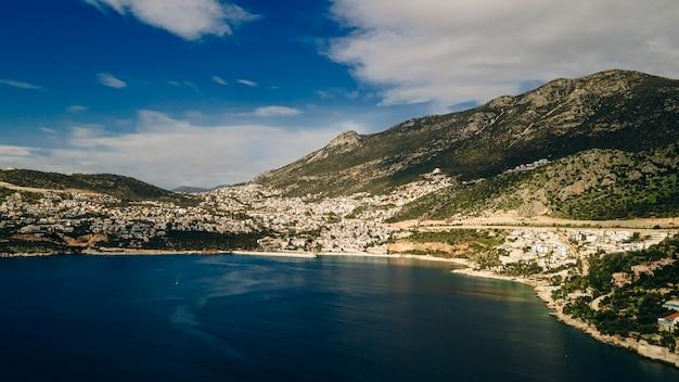 Kalkan cadre magnifique une belle crique, ses plages magnifiques, une nature charmante. la rive sud-ouest de la côte lycienne de la turquie, kalkan est la destination de rêve de tous les vacanciers, antalya.