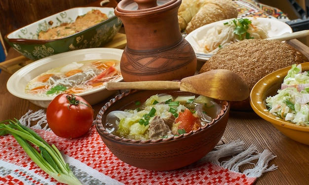 Kapusta polonaise, soupe au chou polonaise, plats traditionnels polonais assortis, vue de dessus.