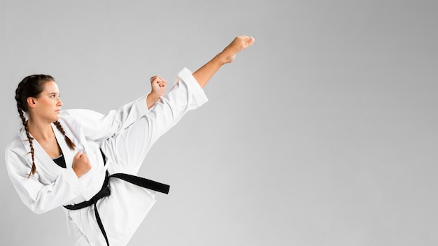 Karaté femme en action isolée sur fond blanc