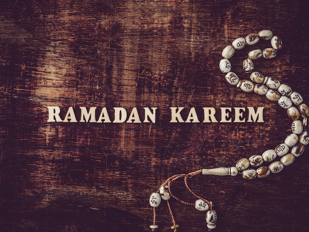 Kareem ramadan. belle carte. fond isolé, gros plan