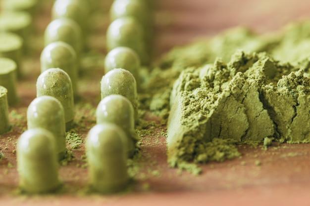 Kariyat herbal médecine poudre verte d'herbes emballant dans des capsules avec un outil à main de processus traditionnel