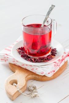 Karkade thé sur fond de bois blanc