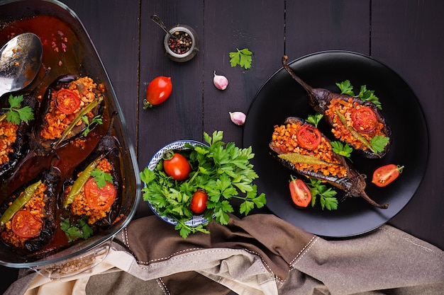 Karniyarik - farine d'aubergine traditionnelle turque aubergine. aubergines farcies au boeuf haché et légumes cuits à la sauce tomate. cuisine turque. vue de dessus. espace copie
